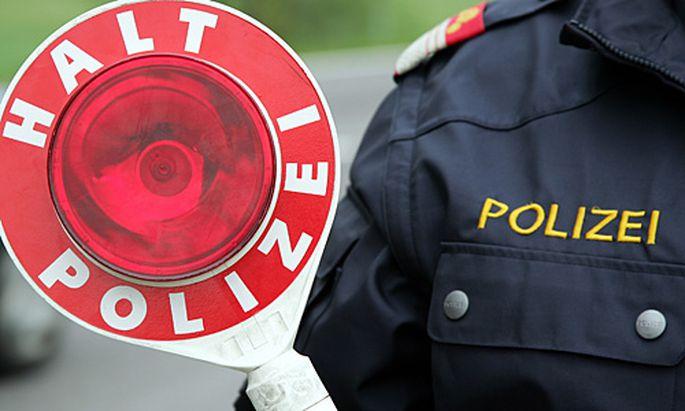Verfolgungsjagd Verdaechtiger faehrt Polizeibeamten