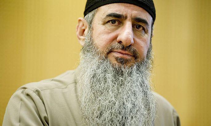 Najmaddin Faraj Ahmad, bekannt als Mullah Krekar, saß zum Zeitpunkt der Razzia bereits in Haft. Er soll an der Spitze des Terrornetzwerks gestanden sein.