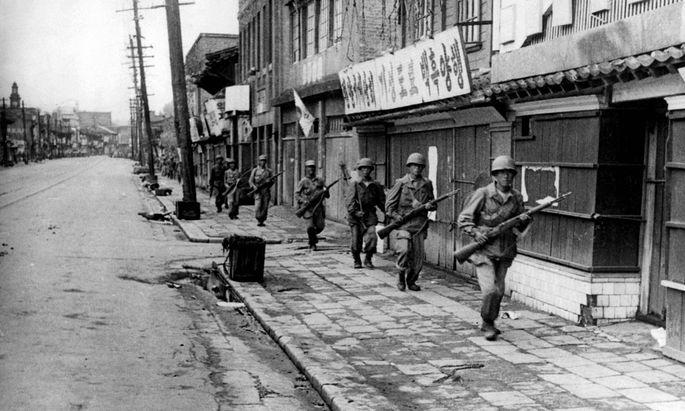 Südkoreanische Soldaten Ende Oktober 1950 in Pjöngjang. Nach der UN-gestützten Intervention der USA verkehrten sich die anfänglichen nordkoreanischen Erfolge ins Gegenteil.