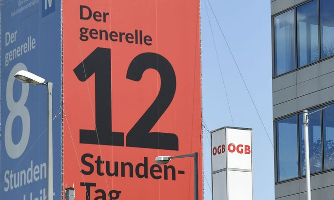 Symbolbild: Blick auf ein Plakat der IV zum 12-Stunden-Tag