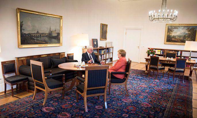 Kanzlerin Angela Merkel war am Nachmittag bei Bundespräsident Frank-Walter Steinmeier zu Gast.