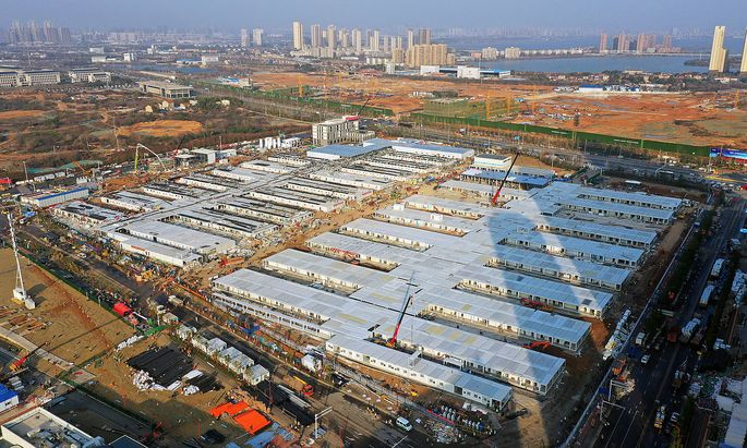 News Bilder des Tages (200205) -- WUHAN, Feb. 5, 2020 -- Aerial photo taken on Feb. 5, 2020 shows the construction site