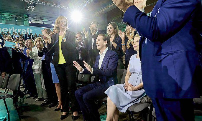 Sebastian Kurz im Kreise seiner Parteifreunde auf dem Parteitag in St. Pölten Ende August, auf dem er mit 99,4 Prozent als ÖVP-Chef wiedergewählt wurden.
