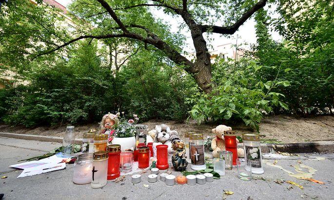 Kerzen im Hof des Gemeindebaus in Wien-Döbling, in dem das Mädchen getötet wurde.