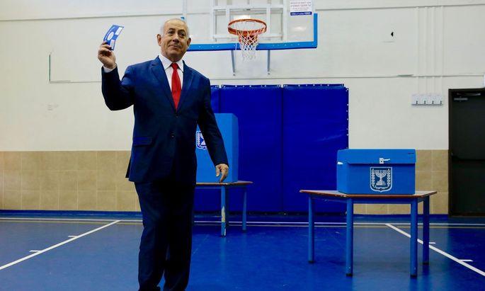 Benjamin Netanjahu bei der Stimmabgabe.