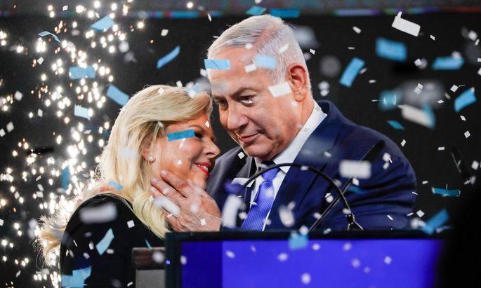 """Benjamin Netanjahu feiert mit Frau Sara einen """"kolossalen"""" Wahlsieg. Jetzt kommen die Tücken der Koalitionsgespräche."""