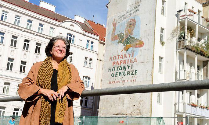 Brigitte Körbler vor dem Sujet, das ihr Vater August Schmid kreierte