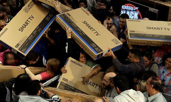 """Archivbild: """"Rabattschlacht"""" am Black Friday des vergangenen Jahres in Sao Paulo."""