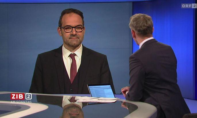 """Tirols Wirtschaftskammer-Präsident, gefühlt sehr breitbeinig, in der """"ZiB 2""""."""
