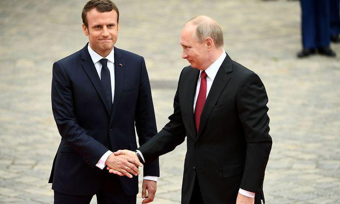 Macron und Putin - ein lockererer Händedruck als der zuletzt zwischen Macron und Trump.