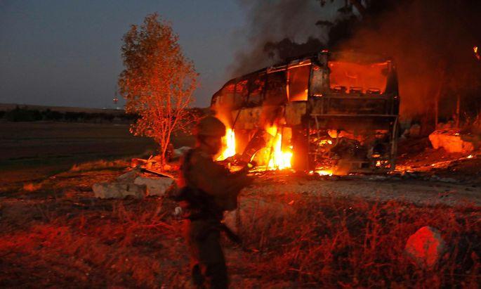 Palästinenser beschossen einen Bus in Israel.