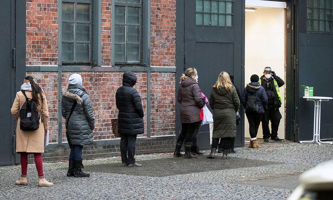 Mehrere EU-Regierungschefs fordern eine umgehende Zulassung des AstraZeneca-Impfstoffs. Im Bild eine Warteschlange vor einem Impfzentrum in Berlin.
