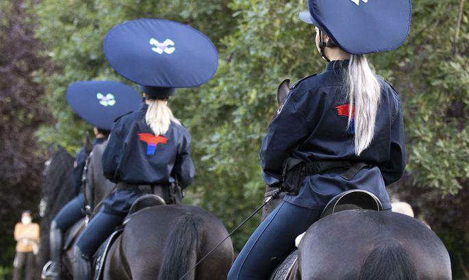 Flo Kasearus Fantasie-Polizistinnen auf ihrer (von Security schwer bewachten) Patrouille im Volksgarten.