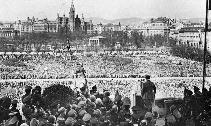 Adolf Hitler spricht am 15. März 1938 am Wiener Heldenplatz
