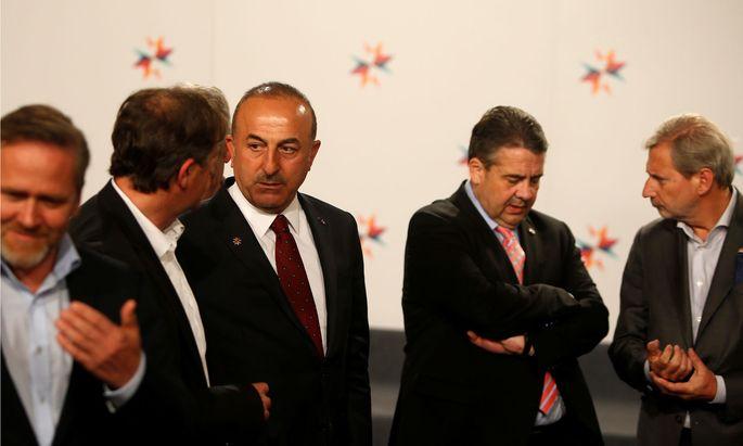 Der türkische Außenminister (3. v. l.) spricht mit seinem slowenischen Amtskollegen Karl Erjavec (2. v. l.) und Deutschlands Außenminister Sigmar Gabriel (4.v.l.) spricht mit EU-Erweiterungskommissar Johannes Hahn (r.)