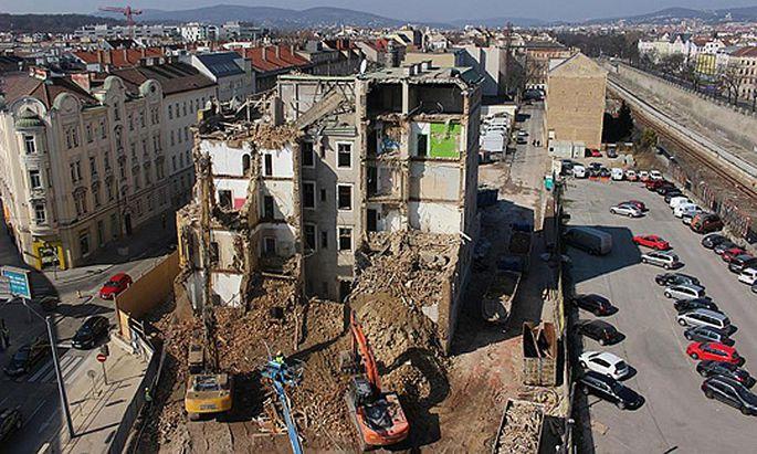 Im Frühjahr wurde das Komet-Haus - gleich hinter der U-Station Meidlinger Hauptstraße – abgerissen. Mittlerweile ist dort ein riesiger abgezäunter Bauplatz.