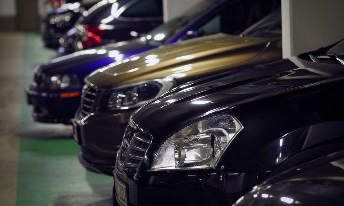 Berlin Charlottenburg City West Parkhaus grosze Autos SUV gucken aus Parkplatz heraus Berlin ***