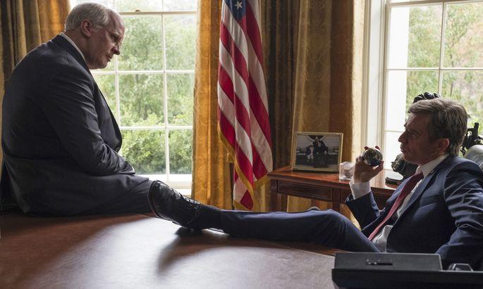 Dick Cheney (Christian Bale, l.) wurde vom Hinterbänkler zum Verteidigungsminister unter Bush Senior, zum Vize unter Bush Junior: Diesen spielt Sam Rockwell glänzend als müden, unsicheren Mann.