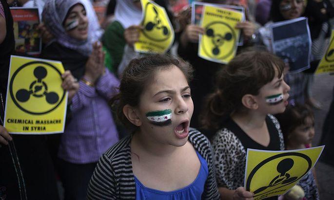 Mädchen demonstrieren gegen den Einsatz chemischer Waffen in Syrien.