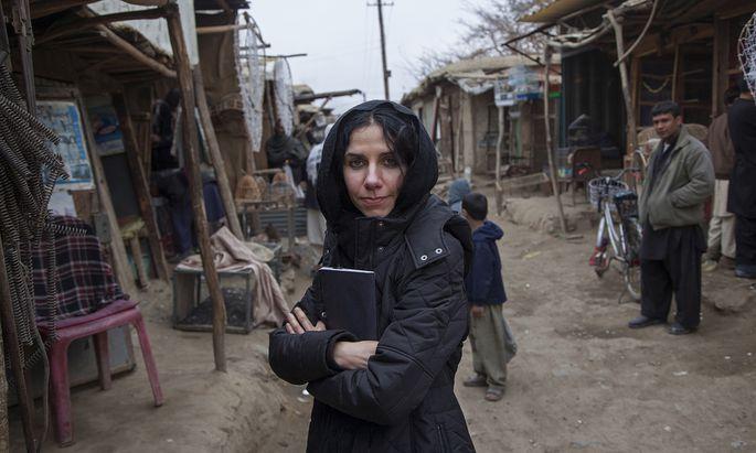 """Oft auch mit Kopftuch: PJ Harvey bei der Recherche für """"The Hope Six Demolition Project""""."""