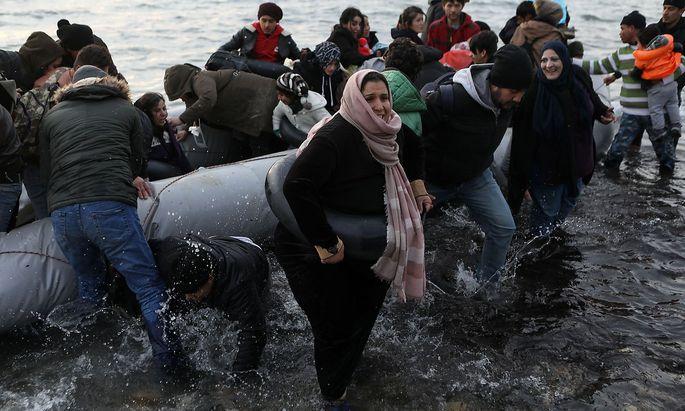 Flüchtlinge und Migranten landen auf der griechischen Insel Lesbos.