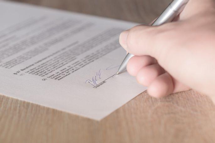 Unterzeichnung eines Mietvertrags.