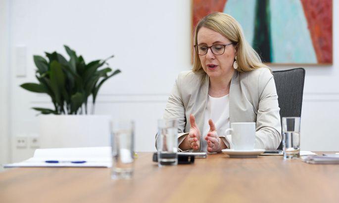 """Wirtschaftsministerin Schramböck plant ein Gesetz gegen """"staatsnahe Investoren auf Shoppingtour""""."""