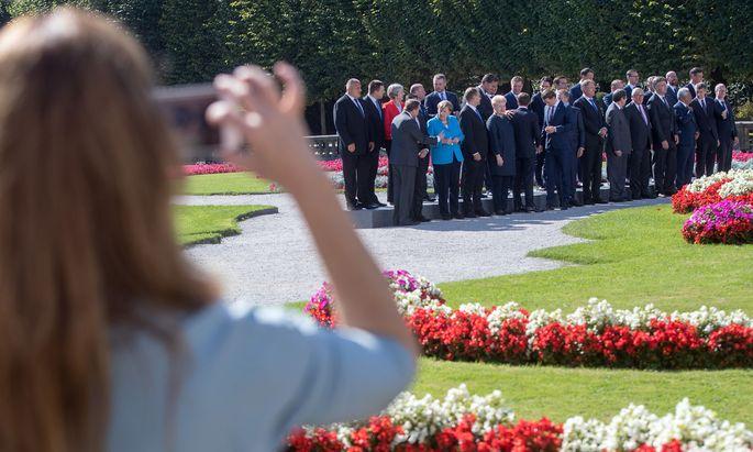Aufstellung der Staats- und Regierungschefs zum Familienfoto im Salzburger Mirabell-Garten.