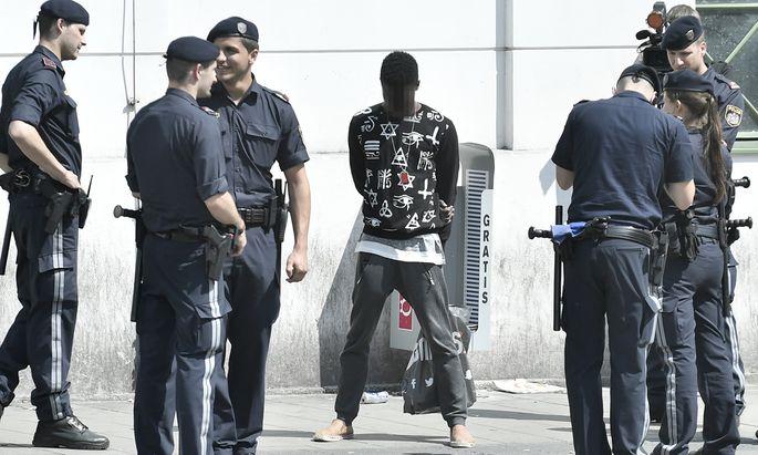 Die Polizei kontrolliert einen Schwarzafrikaner vor dem Eingang zur U6-Station Josefstädter Straße in Wien.