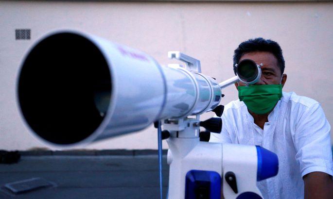 Mit einem Teleskop kann man Sterne gut beobachten.