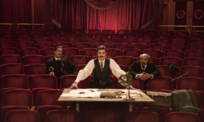 """Der junge Dichter Edmond Rostand (Thomas Solivérès, Mitte) soll nach einem Flop einen rettenden Bühnenhit liefern. Schauspieler und Theaterregisseur Alexis Michalik erzählt die fiktive Entstehungsgeschichte von """"Cyrano de Bergerac""""."""