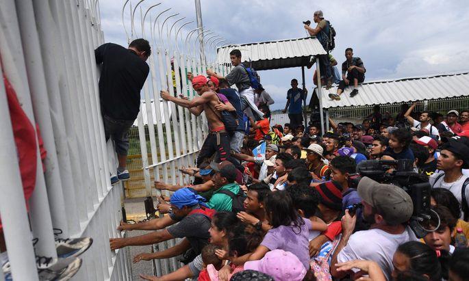 Flüchtlinge überqueren die Grenze