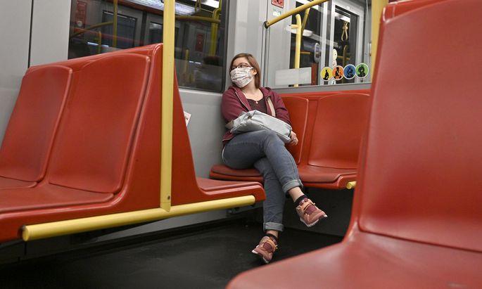Frau in Ubahn mit Maske