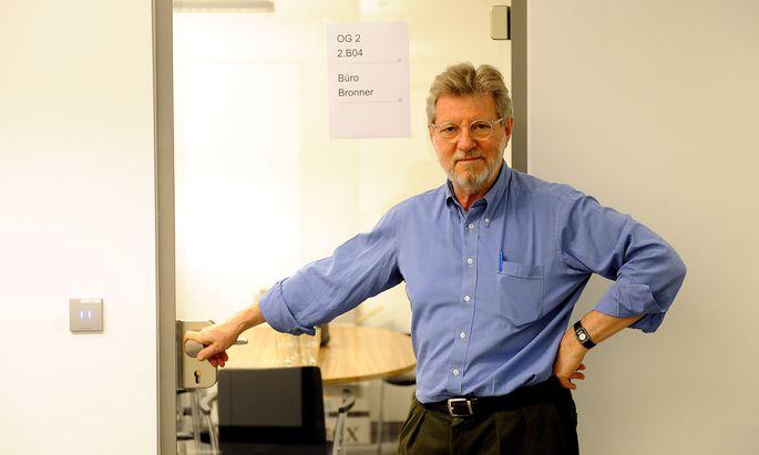 Oscar Bronner kurz nach dem Umzug des ''Standard'' nach Wien Mitte vor seinem damals noch neuen Büro