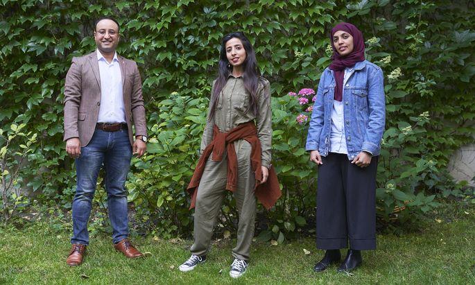 Mohammed Al-Abed, Asrar Molhi und Eman Al-Bukhaiti (v. l.) in einem Wiener Gastgarten.