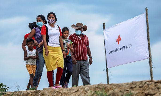 Nach Syrien ist Venezuala das Land, aus dem die meisten Flüchtlinge kommen: Eine Familie auf dem Weg zu einer Flüchtlingsstation des Roten Kreuzes in Arauquita.linge in Venezuela