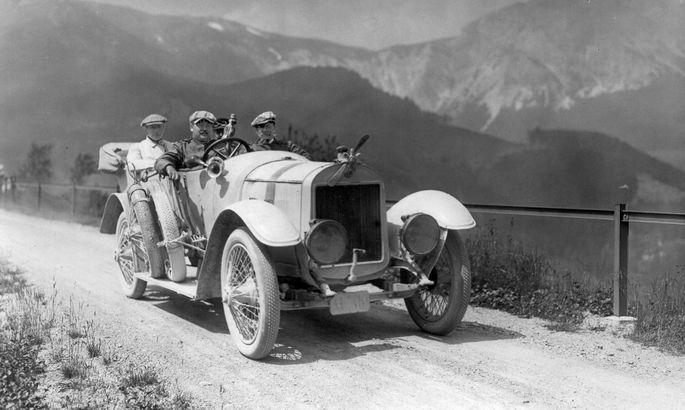 Alexander Graf Kolowrat, 24, am Steuer seines siegreichen 20 PS Laurin & Klement, Alpenfahrt 1910. Unter den Passagieren: Chauffeur und Kontrollor.