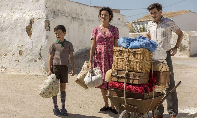 Erinnerungen an eine glückliche Kindheit: Protagonist Salvador Mallo als Bub (Asier Flores) mit seinen Eltern (Penélope Cruz und Raúl Arévalo).