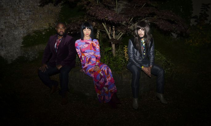 Ihre globalisierende Musikweise haben die drei Mitglieder der Band in den vergangenen Jahren beim ständigen Touren verinnerlicht.