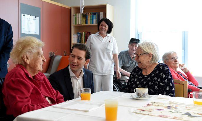 Sebastian Kurz beim Besuch eines Pflegekrankenhauses im Mai 2018.