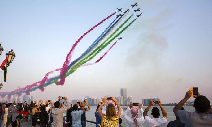 Zum Nationalfeiertag (2. 12.) führt die Luftwaffe der Vereinigten Arabischen Emirate Kunststücke vor und zaubert ein buntes Bild in den Himmel.