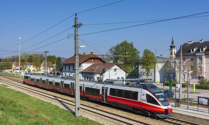 railway station Traismauer, local train Traismauer Nieder�sterreich, Lower Austria Austria Donau