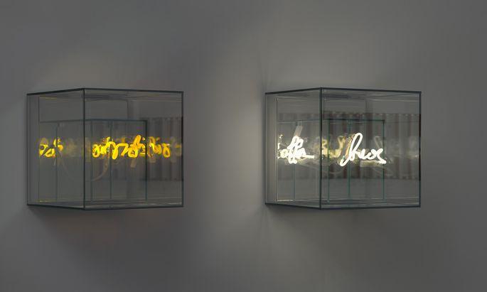 """""""Think outside the box"""" ist eine dreiteilige Arbeit von Brigitte Kowanz aus dem Jahr 2020 – bestehend aus Neonschrift und Spiegeln (Im Bild: Ausschnitt). Die Galerie Ruzicka zeigt aktuell eine Ausstellung der Biennalekünstlerin und bietet diese Arbeit um 78.000 Euro an."""