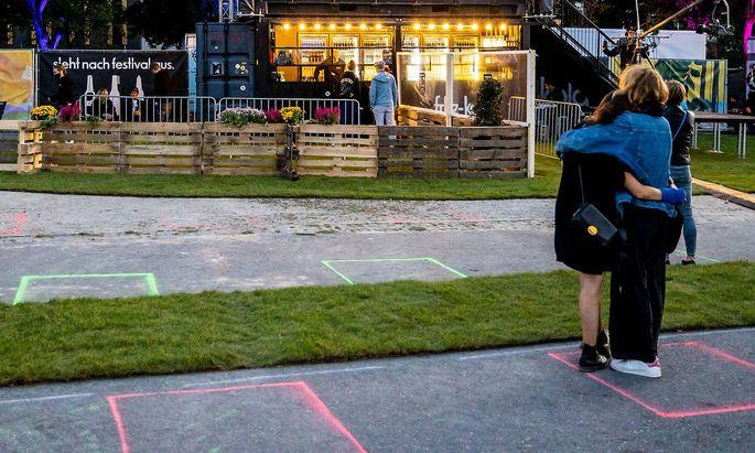 Hamburg, 16. September 2020 - Farbige Markierungen auf dem Boden zum Einhalt des Mindestabstands im Festival Village de