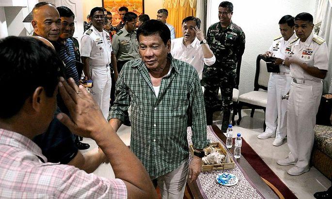 Der designierte Präsident Duterte zu Besuch bei Sicherheitsbeamten.