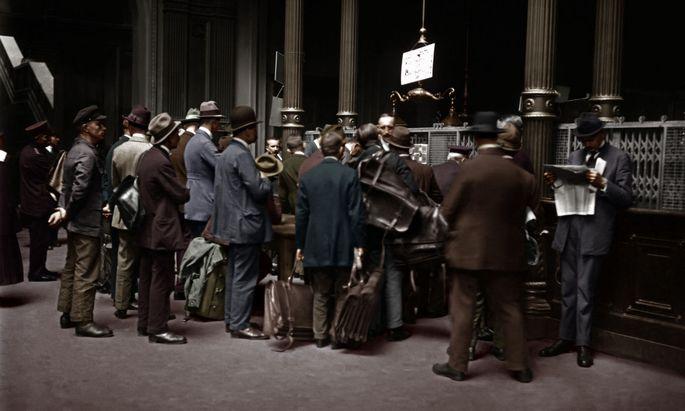 Inflation 1923, Berlin, wartende Bankkunden