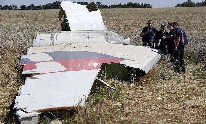 Archivbild aus der Zeit, in der die internationalen Experten noch auf der Absturzstelle von Flug MH17 ihrer Arbeit nachgehen konnten.