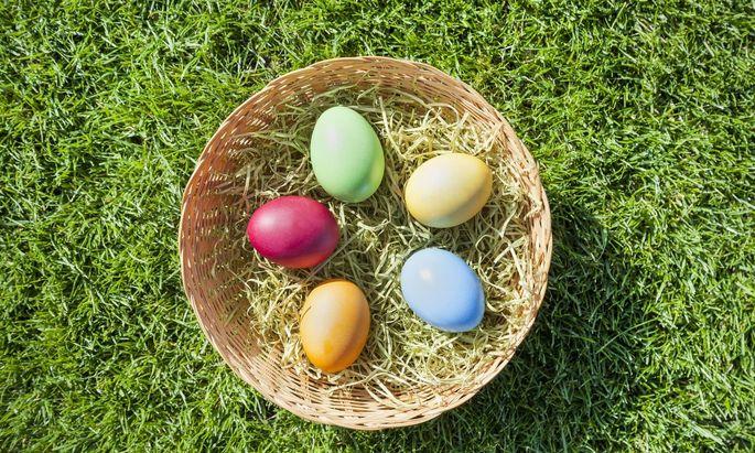 In einigen Geschäften gibt es jetzt schon gefärbte Eier zu kaufen.