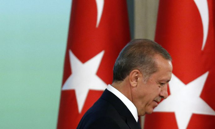 Turkey´s new President Tayyip Erdogan and outgoing President Abdullah Gul, attend a handover ceremony at the Presidential Palace of Cankaya in Ankara