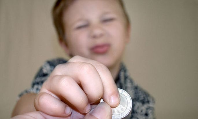 Bub mit Euromuenze - boy with a coin